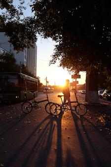 Vista traseira, de, um, mulher, com, um, bicicleta