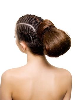 Vista traseira de um penteado de beleza de tranças.