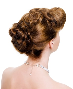 Vista traseira de um penteado de casamento em um