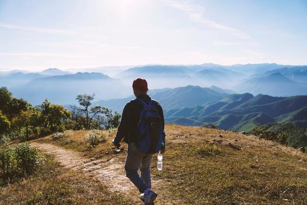 Vista traseira de um turista caminhando na natureza