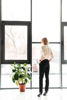 Vista traseira de uma jovem empresária