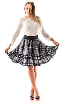 Vista traseira de uma linda mulher magro em saias de escritório e sapatos de salto alto posando. o conceito de pernas finas e saudáveis. espaço de publicidade