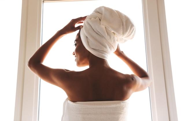 Vista traseira de uma mulher africana sensual