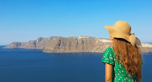 Vista traseira de uma mulher atraente visitando a europa