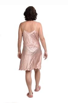 Vista traseira de uma mulher com camisola caminhando sobre fundo branco