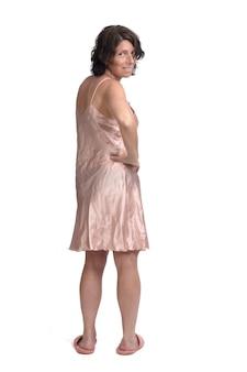 Vista traseira de uma mulher com camisola no fundo branco, mão no quadril