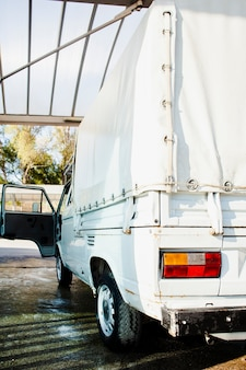 Vista traseira de uma van branca vintage