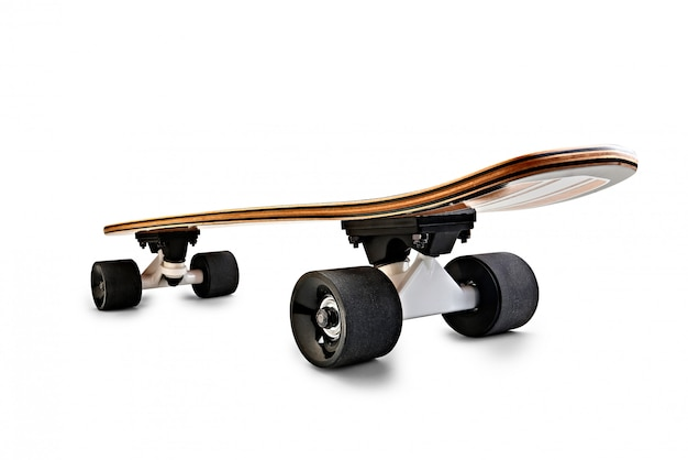 Vista traseira dinâmica de uma prancha de skate preto e de madeira isolada