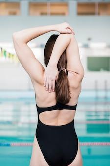 Vista traseira do alongamento de nadador