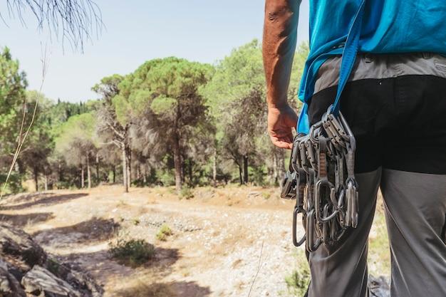 Vista traseira do alpinista com mosquetões