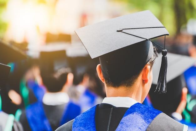 Vista traseira do aluno graduação de graduados durante o início