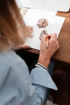 Vista traseira do artista desenhando flores