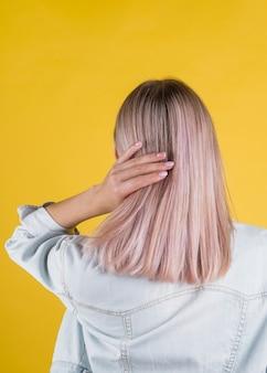 Vista traseira do cabelo bonito e saudável