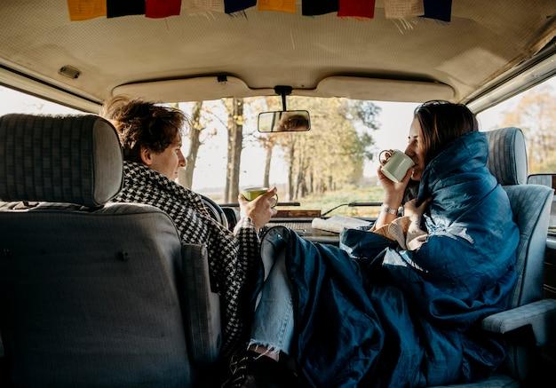 Vista traseira do casal fazendo uma boa viagem