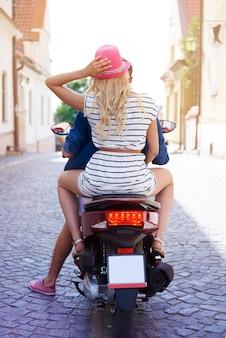 Vista traseira do casal na motocicleta