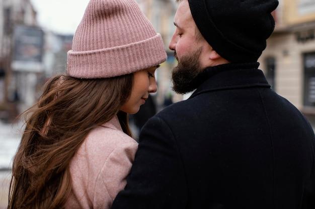 Vista traseira do casal se abraçando ao ar livre