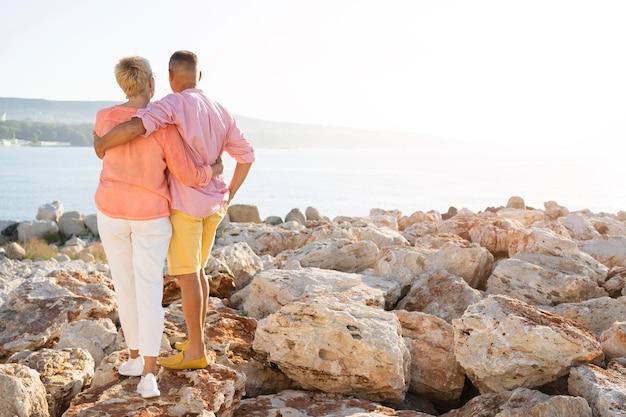 Vista traseira do casal se abraçando