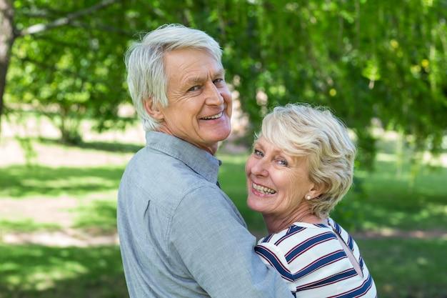 Vista traseira do casal sênior abraçando