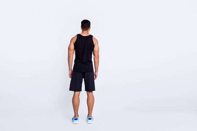 Vista traseira do comprimento total do jogador de basquete campeão esportivo isolada sobre fundo cinza