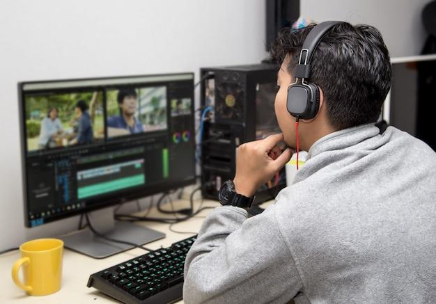 Vista traseira do editor de vídeo usando o computador