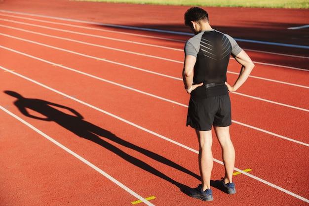Vista traseira do esportista exausto terminou de correr