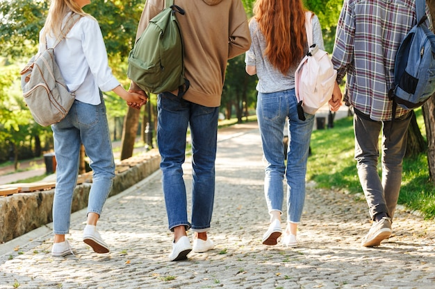 Vista traseira do grupo de alunos com imagem recortada