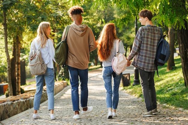 Vista traseira do grupo de alunos com mochilas