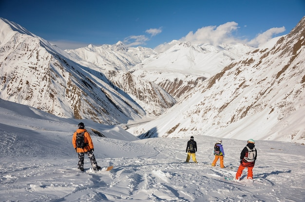 Vista traseira do grupo de praticantes de snowboard
