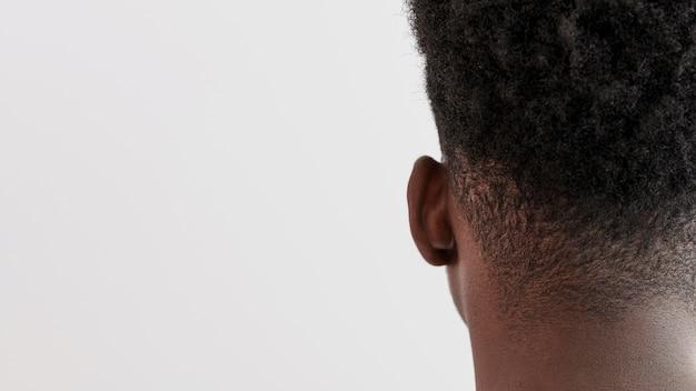 Vista traseira do homem negro com espaço de cópia