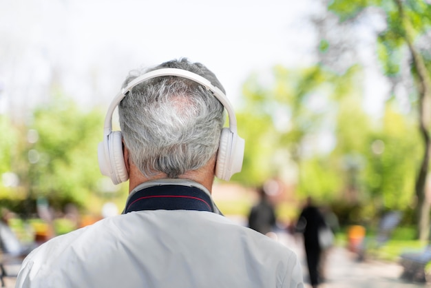 Vista traseira do homem usando fones de ouvido