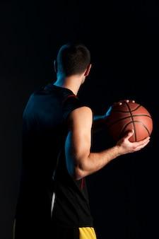Vista traseira do jogador de basquete