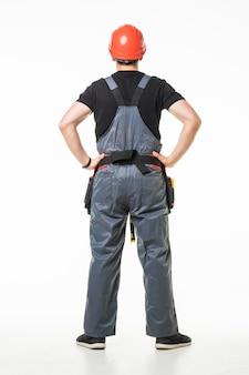 Vista traseira do jovem trabalhador pensativo olhando no fundo branco