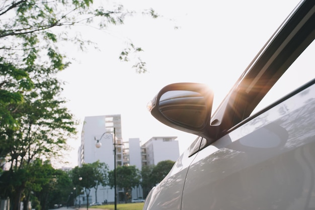 Vista traseira do novo estacionamento branco na estrada de asfalto na hora do pôr do sol