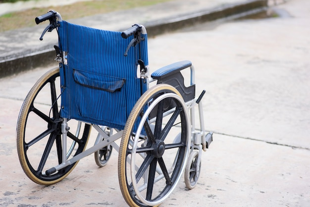Vista traseira do parque para cadeiras de rodas vazio na estrada