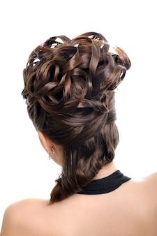 Vista traseira do penteado do casamento da beleza isolada no branco