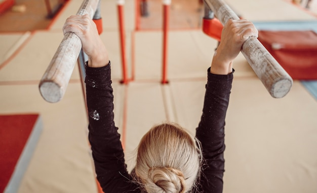 Vista traseira do treinamento feminino