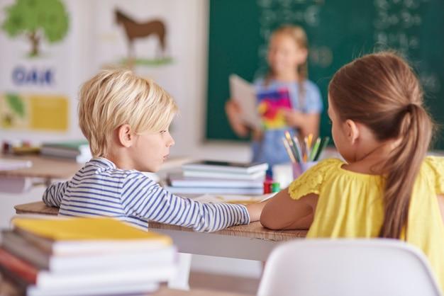 Vista traseira dos melhores amigos na sala de aula