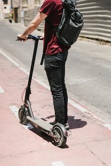 Vista traseira, e-scooter, cavaleiro, ficar, ligado, pista bicicleta