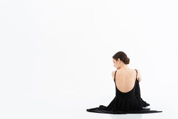 Vista traseira elegante mulher com espaço de cópia