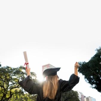 Vista traseira, entusiástico, menina, graduar-se