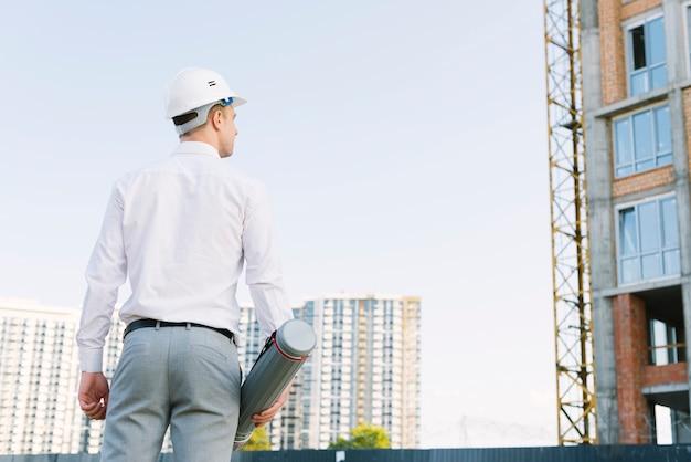 Vista traseira, homem, com, capacete segurança, ao ar livre