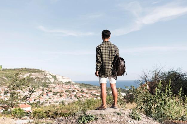 Vista traseira jovem apreciando a paisagem