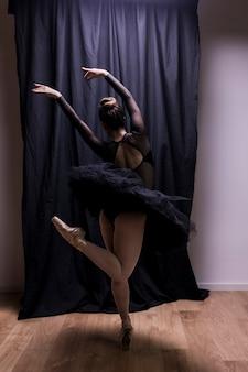 Vista traseira, jovem, bailarina, executar