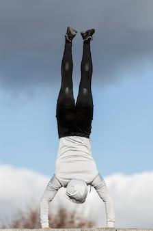 Vista traseira jovem fazendo exercícios de treino