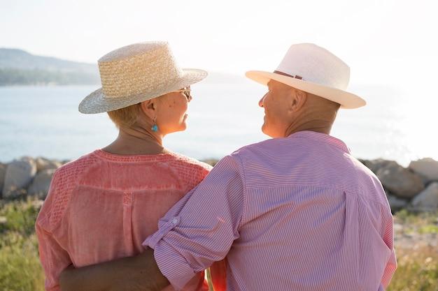 Vista traseira lindo casal usando chapéus