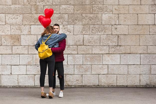Vista traseira, mulher abraça, namorado