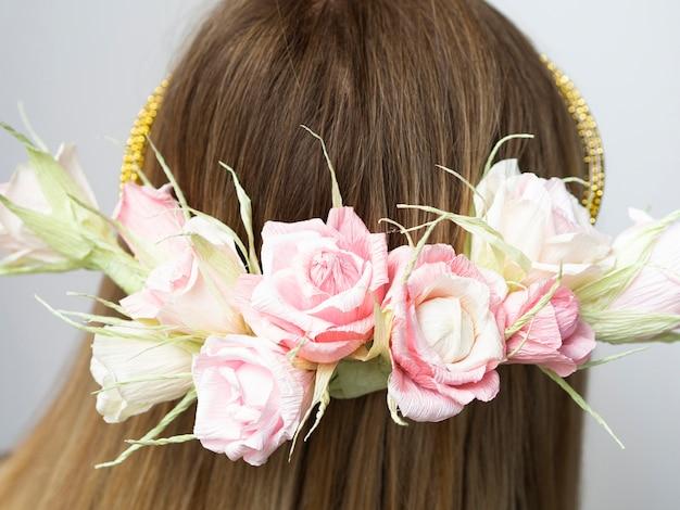 Vista traseira, mulher, com, coroa flor, close-up