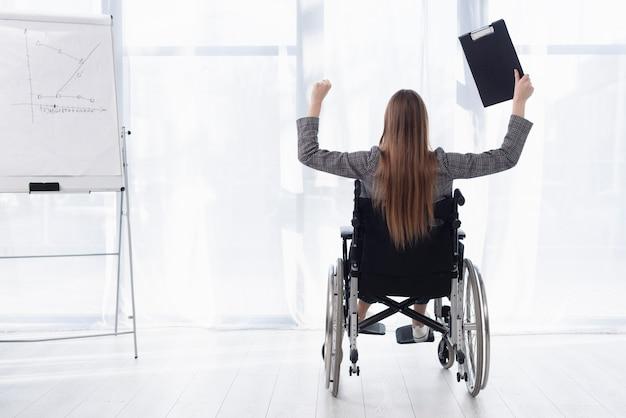 Vista traseira mulher em cadeira de rodas