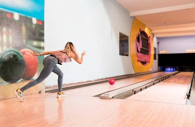 Vista traseira, mulher, jogando boliche