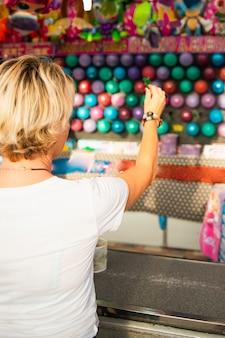 Vista traseira mulher jogando um jogo